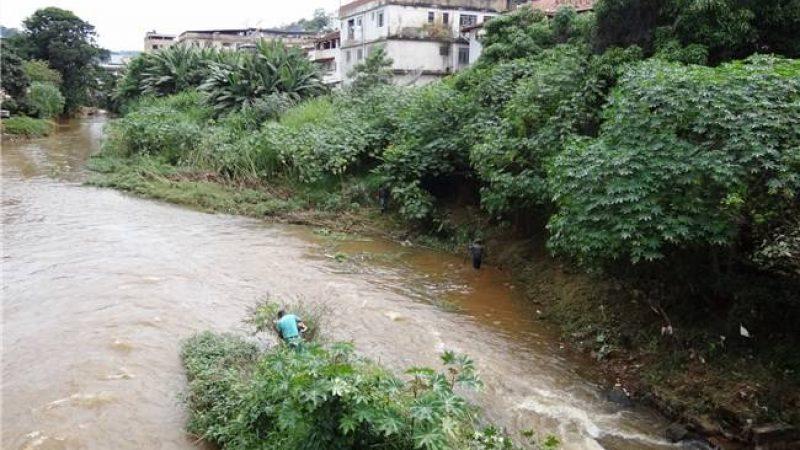Trabalhos de limpeza do Rio Manhuaçu chegam ao centro da cidade