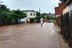 Represa rompe e causa inundação em Ipanema. Veja vídeo