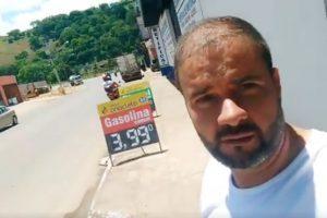 Vereador Cleber da Matinha grava vídeo comparando preços dos combustíveis em Muriaé