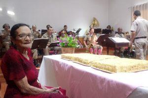 Manhuaçu: Banda da PM homenageia idosa pelo seu centenário