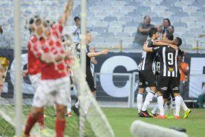 Atlético faz 5 a 0 no Boa e decide título com o Cruzeiro