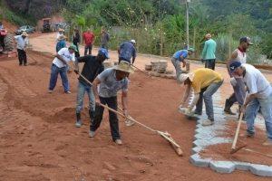 Manhuaçu: Prefeitura calça mais de 300 metros de estrada no Coqueiro Rural