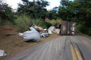Carreta tomba em cima de automóvel em Santana do Manhuaçu