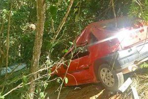 Lajinha: Motorista perde controle do carro e quase desce por ribanceira de 150 metros