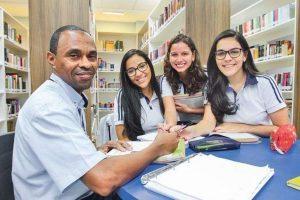Com ajuda de alunas, porteiro de escola passa no vestibular