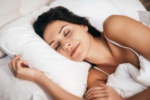Médico ensina como pegar no sono em segundos com exercício de respiração
