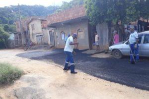 Prefeitura melhora ruas em Ponte do Silva com asfaltamento e tapa-buracos