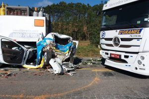 Engavetamento envolve 6 veículos na BR 262 em Martins Soares