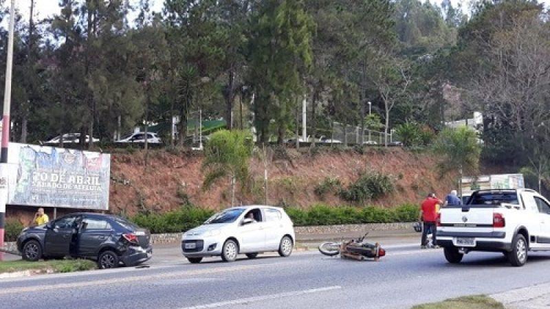 Manhuaçu: Acidente entre carro e moto próximo à UBA