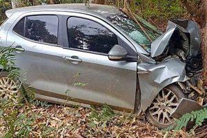 MG 111: Motorista colide contra árvore após pane na direção