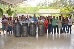 Prefeita Cici entrega kits para instalação de 15 fossas sépticas