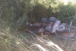Motorista morre em capotamento de caminhão em Lajinha