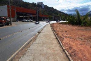 Manhuaçu: Obras entrega calçada na avenida Tancredo Neves