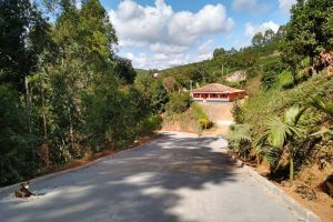 Programa 'Caminhos do Campo' da Prefeitura de Manhuaçu melhora estradas com calçamento