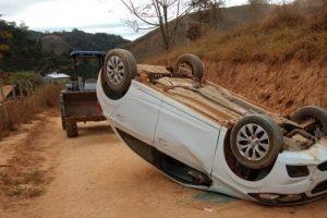 Carro tomba em estrada rural da região