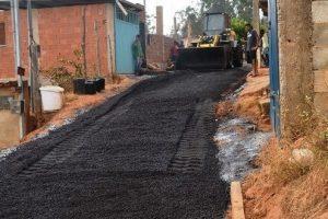 Manhuaçu: Prefeitura asfalta rua no Bairro Santa Terezinha