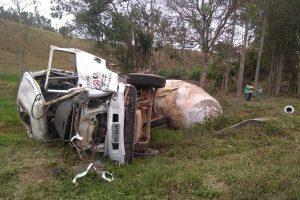 Motorista de caminhão morre após capotamento