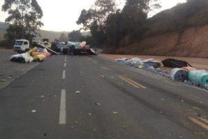 Manhuaçu: Carreta e caminhão batem na BR-116 na Vila de Fátima