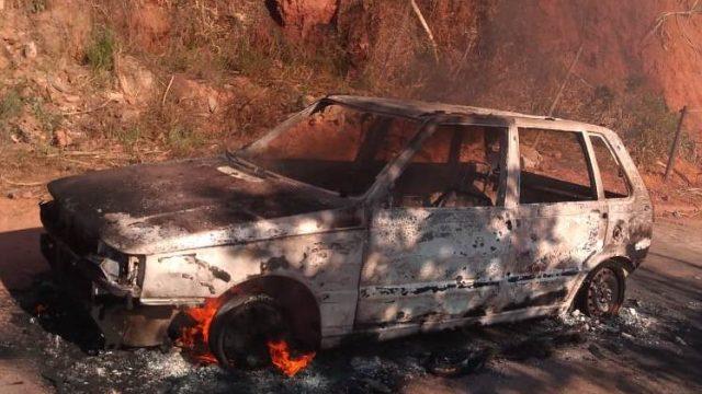 Carro pega fogo na zona rural de Santana do Manhuaçu