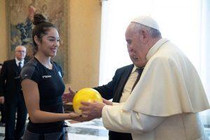 Esporte ajuda a cultivar os valores da vida, diz Papa a ginastas