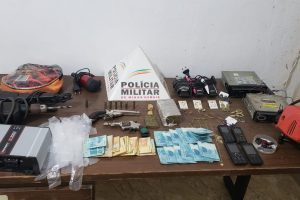 Plantão policial: PM recupera veículo roubado; apreende arma de fogo e vários materiais ilícitos