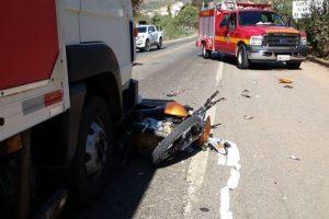 Manhuaçu: Motociclista fica preso debaixo de caminhão