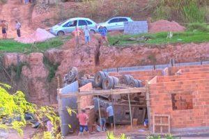 Região: Caminhão cai em cima de casa em construção