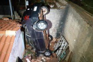 Santa Bárbara do Leste: Mulher fica ferida ao cair com o carro em residência