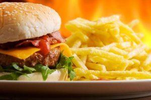 Homens que comem muito fast-food podem ter problema de fertilidade, diz estudo