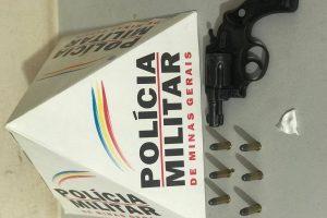 Lajinha: PM apreende arma de fogo e cocaína em veículo