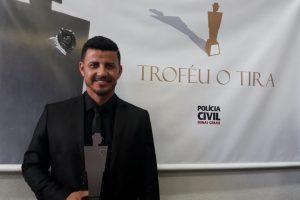 """Investigador de Polícia Civil de Abre Campo é homenageado com o troféu """"O Tira"""""""