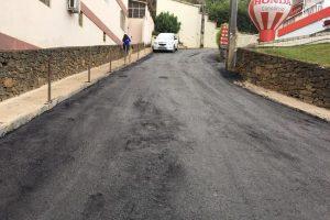 Secretaria de Obras asfalta nova rua no Centro de Manhuaçu