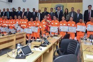 Câmara de Manhuaçu homenageia bombeiros que trabalharam em Brumadinho