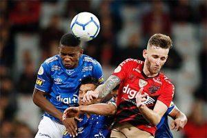 Cruzeiro segura Athletico-PR e ganha duas posições na Série A