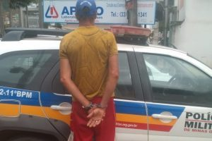 Polícia Militar prende os dois autores que roubaram um táxi na MG 111