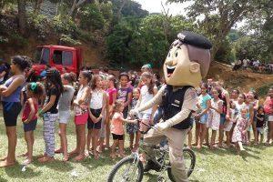 Simonésia:  PM participa do projeto Natal em Minha Terra e faz a alegria das crianças