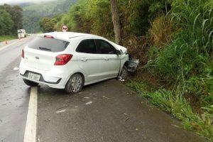 Colisão de carro com árvore deixa 3 feridos na BR 262