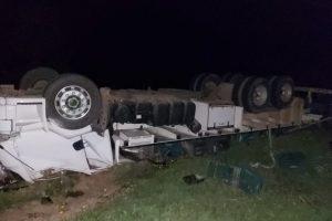 Caminhão capota na MG 108; Motorista resgatado vivo