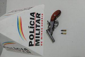 São João do Manhuaçu: PM apreende arma de fogo escondida em campo de futebol