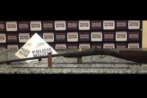 Mutum: Espingarda é apreendida na casa de acusado de roubo