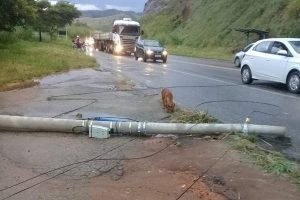 Manhuaçu: Motoqueiro sofre grave acidente após queda de poste