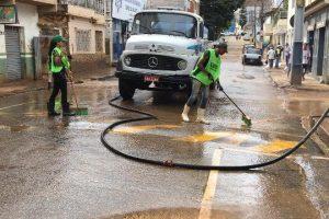 Prefeitura continua limpando ruas de Manhuaçu