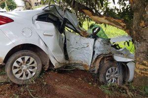 Jovem fica preso nas ferragens de carro após colisão com árvore