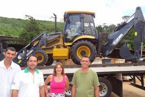 Manhuaçu recebe nova retroescavadeira para manutenção de estradas rurais