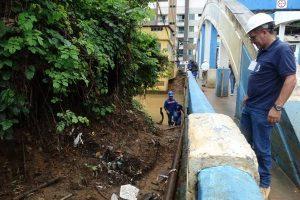 Serviços de manutenção em rede de água na Ponte dos Arcos