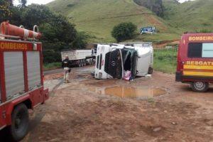 Carreta tomba e mata motorista na região
