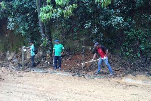 Equipes da Prefeitura de Manhuaçu realizam limpeza no acesso à MG-111
