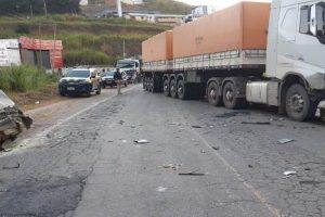 Gol desgovernado bate em carreta em Manhuaçu