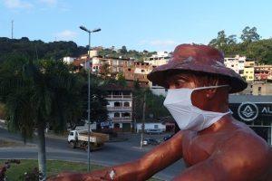 Covid-19: Estátua do Cafeicultor recebe máscara gigante para conscientizar população