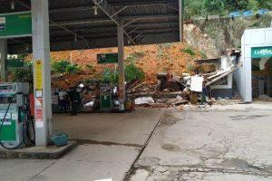 Barranco cede e atinge posto de combustível em Manhuaçu